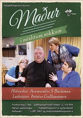 Maður í mislitum sokkum